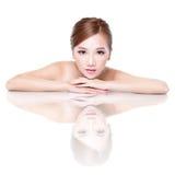 Visage de femme de beauté avec la réflexion de miroir Images stock