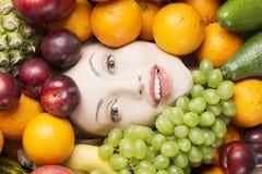 Visage de femme en fruits photos stock