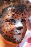 Visage de gosse de fille avec le masque 8 de panthère Image stock