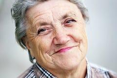 Visage de grand-mère sur un gris Photos libres de droits