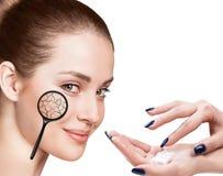 Visage de jeune femme avec la peau sèche Image libre de droits
