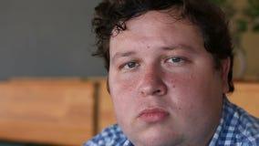 Visage de jeune homme, un haut portrait détaillé, regardant l'appareil-photo banque de vidéos