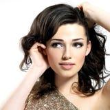 Visage de la belle femme avec les poils bruns bouclés Photos libres de droits