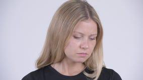 Visage de la jeune femme blonde triste regardant vers le bas et pleurant banque de vidéos