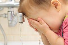 Visage de lavage d'enfant Image stock