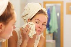 Visage de lavage de femme dans la salle de bains Hygiène photographie stock libre de droits