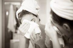 Femme se lavant le visage de beaut avec de la mousse de nettoyage photos 23 femme se lavant le for Comfemme nue dans la salle de bain