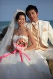 Visage de mariée et de marié asiatiques avec des fleurs à disposition Photos libres de droits