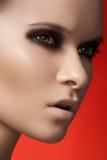 Visage de modèle de mode avec la peau foncée de renivellement et de pureté Photos stock