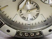 Visage de montre montrant des jours de la semaine images libres de droits