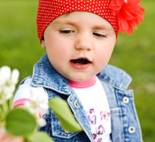 Visage de petite fille 2 années de plan rapproché en parc sur le fond Image stock