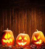 Visage de potiron de Halloween de lanternes de Jack o sur le fond en bois Image stock