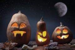 Visage de potiron de Halloween de lanternes de Jack o sur le fond en bois images libres de droits