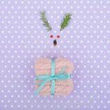 Visage de renne fait de branches de décoration et de pin de Noël Concept minimal de Noël photographie stock