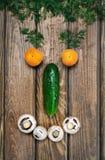 visage de sourire avec des légumes image stock