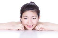 Visage de sourire d'une femme avec le skincare de santé Image stock