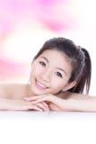 Visage de sourire de beauté avec le skincare de santé Images stock