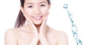 Visage de sourire de fille de Skincare avec de l'eau éclaboussure Photo libre de droits