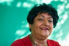 Visage de sourire de personnes de dame âgée heureuse supérieure hispanique de portrait Image libre de droits