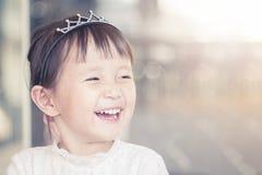 Visage de sourire drôle de petite fille, portrait fille féminine adorable d'enfant asiatique joyeux de belle photo libre de droits