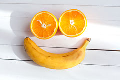 Visage de sourire fait à partir du fruit sur un fond en bois Verticale de jeune femme sexy avec le kiwi Photos stock
