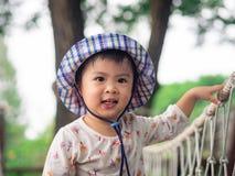 Visage de sourire heureux de petite fille sur le fond de bokeh avec le vintage photographie stock