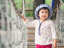 Visage de sourire heureux de petite fille sur le fond de bokeh avec le vintage photo stock