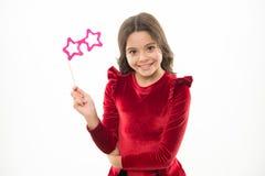 Visage de sourire mignon d'enfant avec l'accessoire de partie Tous que vous devez organiser la fête d'anniversaire Amusement et d photographie stock