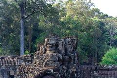 Visage de sourire tombé en morceaux sur le temple d'Angkor Thom, Cambodge photo libre de droits