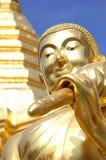 Visage de statue de Bouddha avec la pagoda d'or photo stock