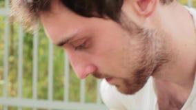 Visage de type d'une chevelure foncé barbu mûr inquiété avec de grands yeux bruns mignons clips vidéos