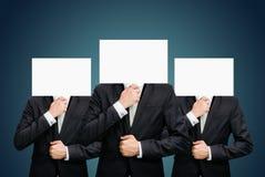 Visage debout de livre blanc d'homme d'affaires tenant l'avant de la tête Images stock