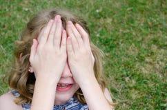 visage derrière des mains Image libre de droits