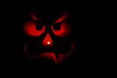 Visage drôle de Jack-O-Lanterne dans l'obscurité Photographie stock libre de droits