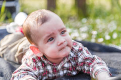 Visage drôle des 6 mois mignons de bébé Photos libres de droits