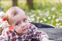 Visage drôle des 6 mois mignons de bébé Photographie stock libre de droits