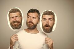 Visage drôle Type ou homme barbu sur le fond gris photographie stock libre de droits