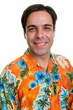Visage du jeune homme de touristes persan heureux souriant tout en portant l'ha photo stock