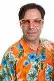 Visage du jeune homme de touristes persan utilisant l'isolant orange de lunettes image stock