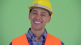 Visage du travailleur de la construction ethnique multi heureux d'homme inclinant la tête la tête oui clips vidéos