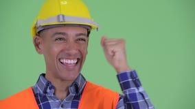 Visage du travailleur de la construction ethnique multi heureux d'homme obtenant de bonnes nouvelles clips vidéos