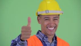 Visage du travailleur de la construction ethnique multi heureux d'homme renonçant à des pouces clips vidéos