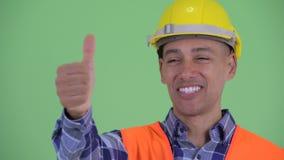 Visage du travailleur de la construction ethnique multi heureux d'homme renonçant à des pouces banque de vidéos