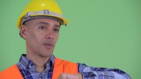 Visage du travailleur de la construction ethnique multi soumis à une contrainte d'homme obtenant la mauvaise nouvelle banque de vidéos