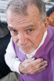 Visage du vieil homme sérieux regardant fixement l'appareil-photo Image libre de droits