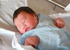 Visage en gros plan de bébé asiatique nouveau-né dans la couverture Images libres de droits