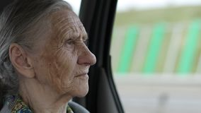 Visage en gros plan de dame âgée avec des rides banque de vidéos