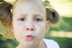 Visage enthousiaste de jolie fille en parc d'été image libre de droits