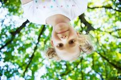 Visage enthousiaste de jolie fille en parc d'été photo stock