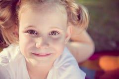 Visage enthousiaste de jolie fille en parc d'été Images stock